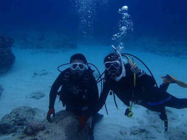 雨の日でも大丈夫! 浅場は明るくサンゴも豊富カラフルな魚は天気や季節を問わずダイバーの友達と一緒に潜るのイメージ