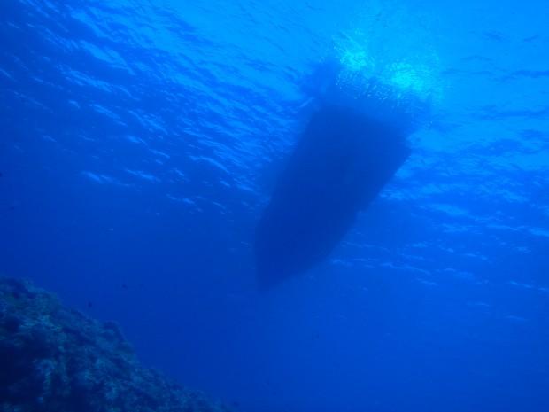 水面と船シルエット