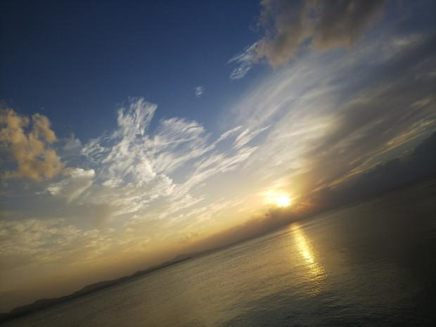 穏やかな海と空、夕暮れの眺めを振り返り。沖縄にもそろそろ冬の気配